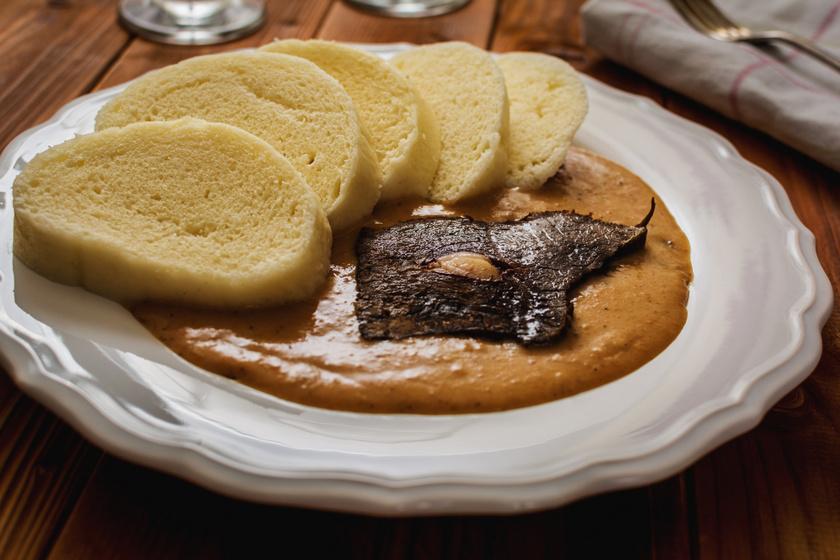 Így készül a laktató burgonyás knédli: szaftos, húsos raguk mellé a legjobb köret