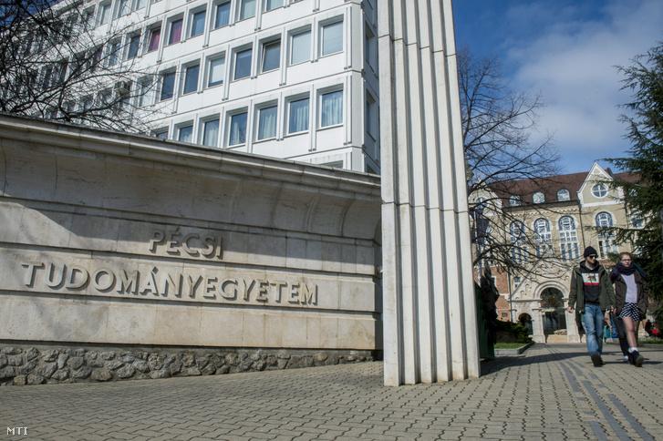 A Pécsi Tudományegyetem (PTE) Bölcsészettudományi és Természettudományi karának bejárata 2016. március 8-án.