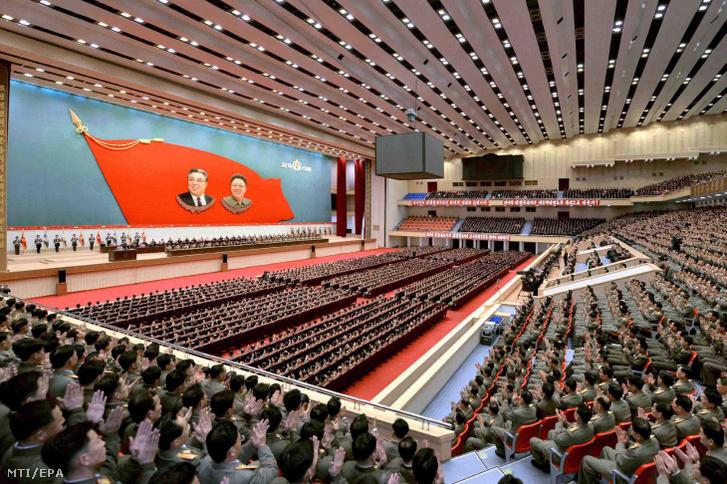 Az ország különböző részeiről delegált vezetõ katonai tisztségviselők ünneplik Kim Dzsongunt 2015. december 29-én.