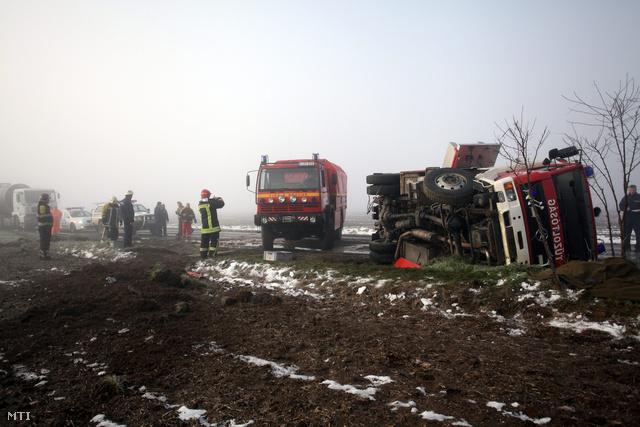 Felborult tűzoltóautó a Somogy megyei Mernyénél ahol egy ember meghalt hatan megsérültek amikor a jeges úton két autó ütközött össze egy harmadik az árokba csúszott és a mentésre siető tűzoltóautó is felborult a 67-es főúton.