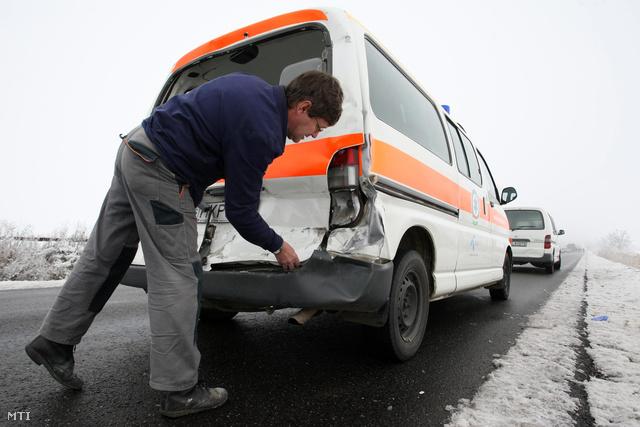 Mentőautó balesete a Jászságban