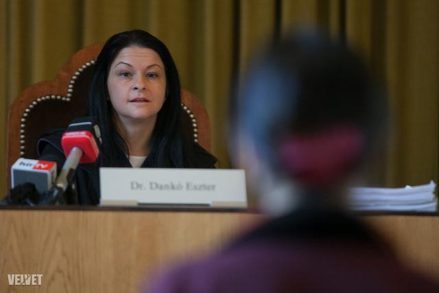 A bírónő több alkalommal figyelmeztette a médiamunkásokat, hogy ne zavarják a tárgyalást