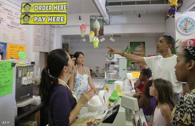 Obama és lányai jégkrémet választanak (2008.)