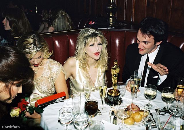 Courtney Love hercegnőnek öltözve Quentin Tarantino társaságában az 1995-ös Oscarkiosztó utáni egyik partin