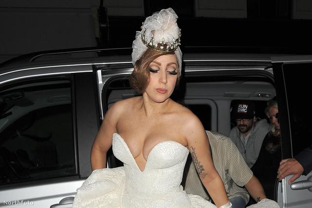 Lady Gaga idén szeptemberben egy londoni buliba indult ebben a ruházatban