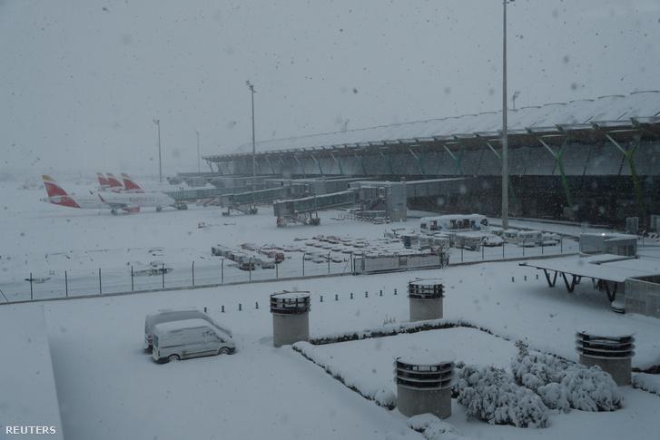 Beborította a hó a madridi repteret