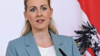 Belebukott a plágiumbotrányba az osztrák család- és munkaügyi miniszter