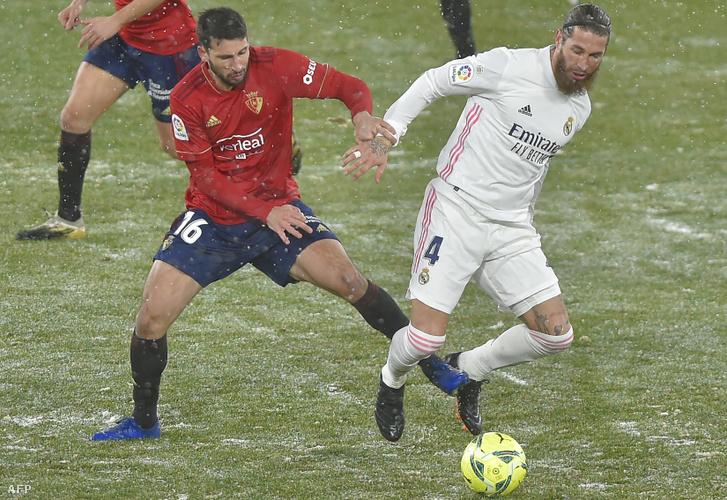 Sergio Ramos (jobbra) harca Jonathan Callerivel és a hóval