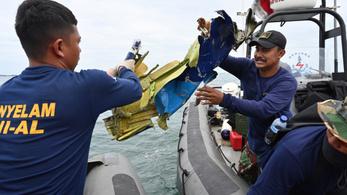 Megtalálták a szombaton lezuhant indonéz utasszállító repülőgép roncsait