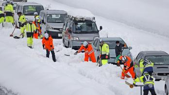 Több száz autó rekedt az utakon a heves havazások miatt Japánban