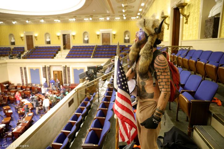 Tüntető a Capitolium épületében Washingtonban 2021. január 6-án.