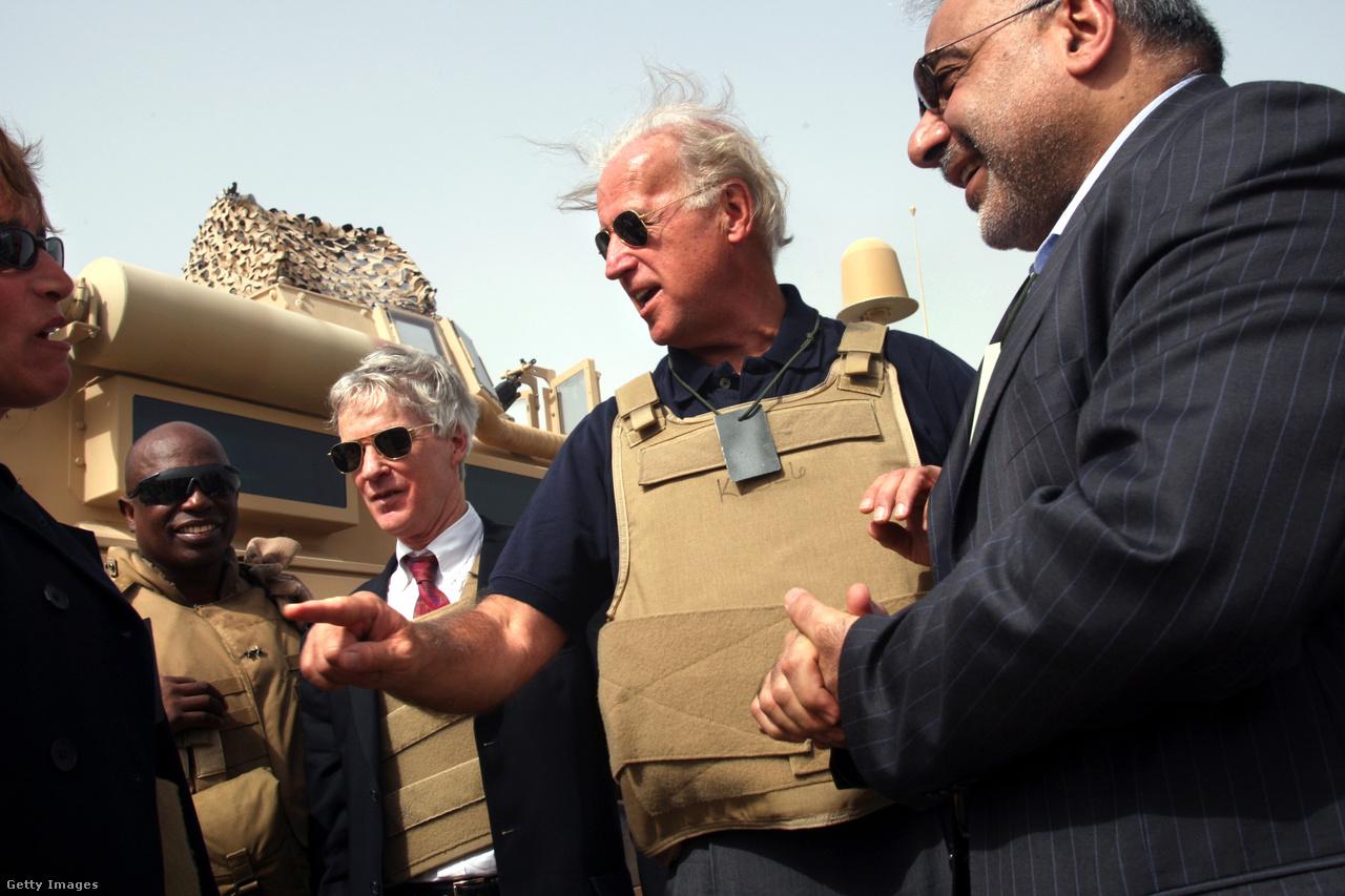 """2007-ben Biden a felekezeti alapú polgárháborúvá fajult iraki konfliktus lehetséges rendezésén tevékenykedett, mondhatni, hogy jóvá tegye korábbi """"hibáját"""". Ellenezte az amerikai katonák számának növelését, viszont kivonásukat sem tartotta járható útnak. Egyik elképzelése az volt, hogy Irakot föderációvá alakítsák át, melyet a síiták, a szunniták és a kurdok lakta térségek alkottak volna. Mondani sem kell, Bagdad elutasította az elképzelést, Irak kérdését pedig az Obama-elnökség nyolc éve alatt sem tudták rendezni, amit az Iszlám Állam 2014-es felemelkedése nehezített tovább."""
