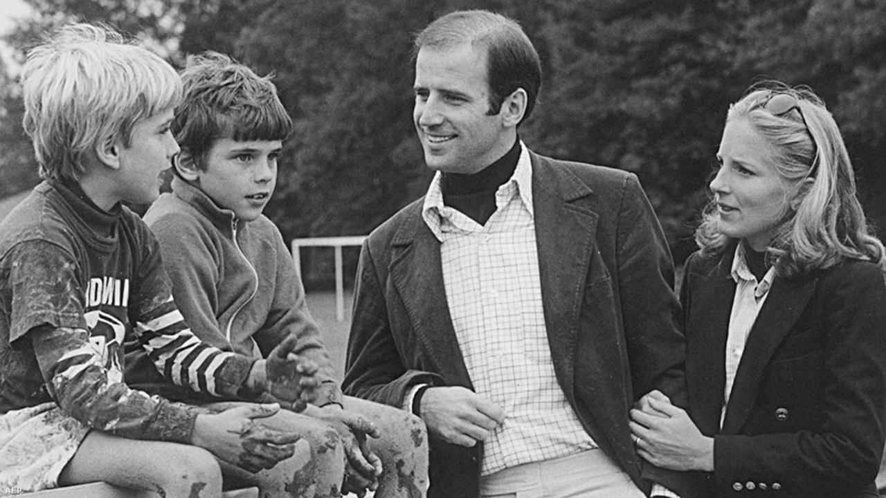 Egyetlen hibát sem láttam benne – így emlékezik Joe Biden a képen látható fiai, Beau és Hunter édesanyjára, Neilia Hunterre. A fiúk mellett Bidennek még egy lányt adó hölgy huszonnégy évesen rabolta el szívét, 1966-ban keltek egybe. A leendő elnöknek idillikus élete volt: háromgyerekes családapává vált, miközben megállíthatatlanul ívelt fel a karrierje. Harminc évesen, 1972-ben, hajszáll híján ugyan, de megnyerte Delaware állam szenátori tisztségét, amihez családja segítségére támaszkodott, lévén, hogy gyakorlatilag nulla pénzből kampányolt. Életét innentől azonban tragédiák sora kísérte. A képen már második felesége látható.