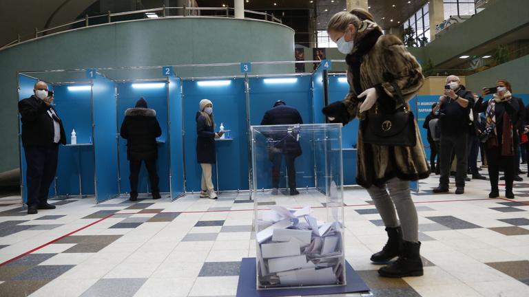 Ajándék vasaló és csinos riporterek: így választ Kazahsztán