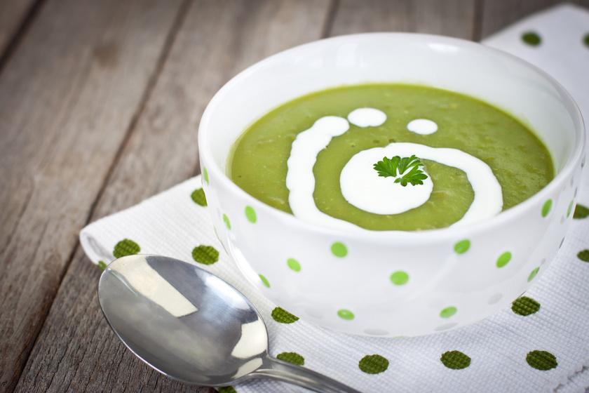 Parmezános zöldborsókrémleves: a tejszíntől finom selymes lesz
