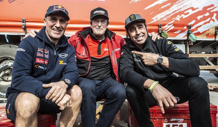 Egy képen az autóval és motorral is Dakart nyerők szűk tábora. Balról jobbra: Stéphane Peterhansel, Hubert Auriol, Nani Roma