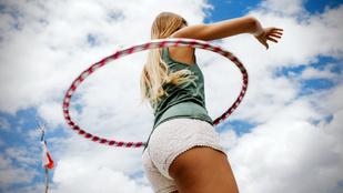 Izmosít, szuper kardioedzés és a testtudatot is javítja: ezt tudja a hulahoppozás