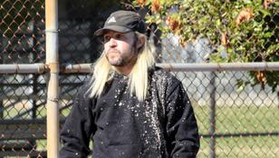 Pete Wentz megnövesztette és feketéről szőkére festette át a haját