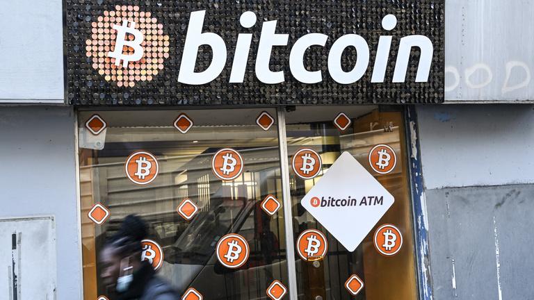 Összevissza rángatják a bitcoin árfolyamát