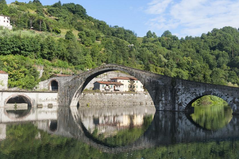 Az olaszországi Borgo a Mozzano közelében található Ponte della Maddalena története a 11. század második felére nyúlik vissza. Ekkor rendelte el az építését Matilda toszkánai őrgrófnő. A legenda szerint az építkezést felügyelő munkás aggódott, hogy nem készülnek el időben, így alkut kötött az ördöggel: ha segít neki, megkaphatja az első személy lelkét, aki átsétál a hídon. Túl akartak járni a gonosz eszén, így egy kutyát küldtek át a kész építményen, akit el is ragadott az ördög.