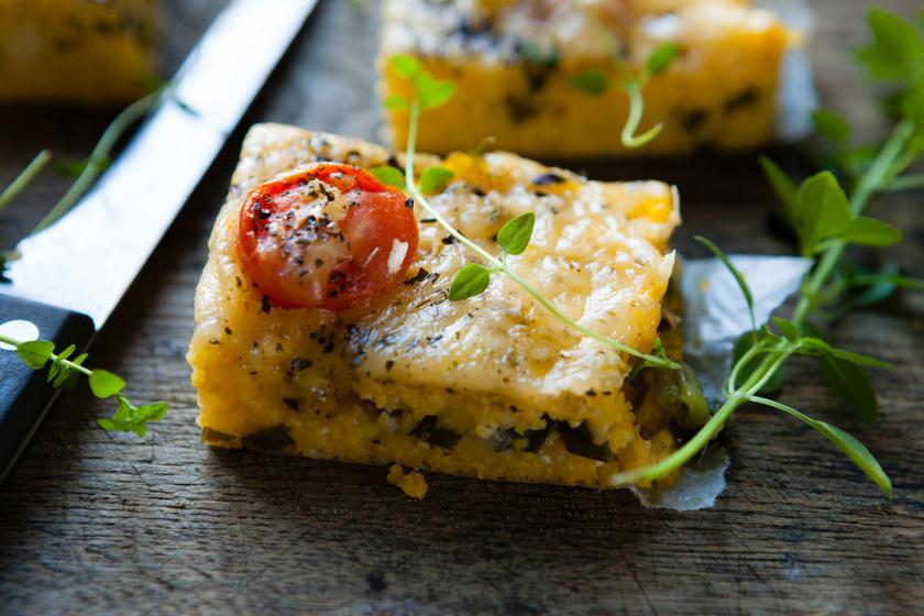 Paradicsomos, zöldfűszeres puliszka: sütőben összesütve még finomabb