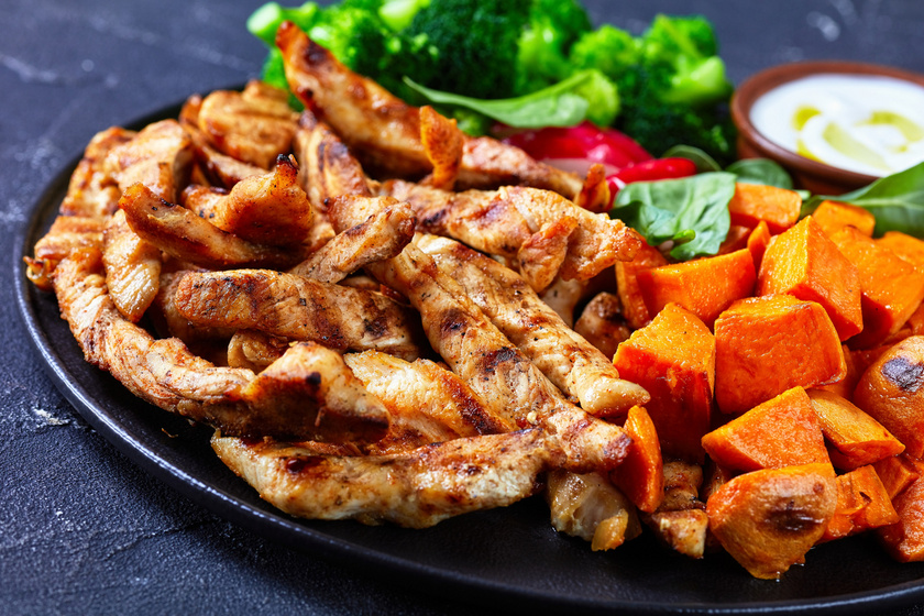 Az omlós, ízletes csirkemellcsíkokat nagyon kevés munkával elkészítheted, és grillen vagy serpenyőben is megsütheted. Egy jól eltalált páctól fenséges lesz az egyszerű fogás is. A fokhagymás fűszerezésben nem csalódhatsz.