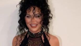 Chrissy Teigen Chernek öltözve, pucsítva tornázott