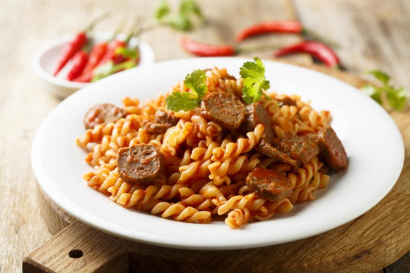Szaftos, mediterrán fűszerezésű kolbászos tészta: a kiadós fogás 30 perc alatt elkészül