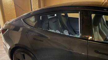 Magától tört darabokra egy Tesla Model 3 ablaka