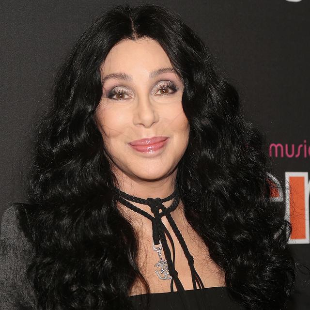 A 74 éves Cher a mai napig kimaxolja a nőiességet: mutatjuk a kedvenc szettjeinket tőle