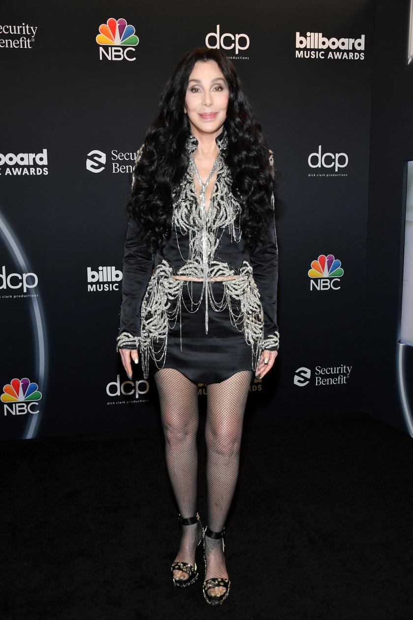 Cher 74 évesen is bátran visel miniszoknyát vagy éppen kivágott felsőt. Az énekesnő most is bomba formában van.