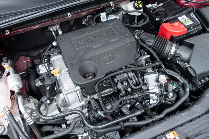 Az ezres Ecoboost itt 155 lóerős, és a mild-hibridben a generátor-önindító egység adja a különleges megoldást. A 48 voltos rendszer besegít a gyorsításokba, bár hatása nem nagyon érezhető