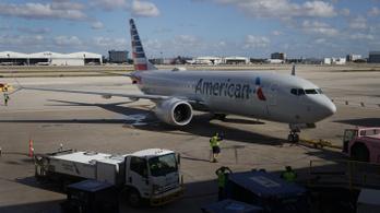 Rendőrségi fogadtatás várta a repülőn maszk nélkül őrjöngő utast