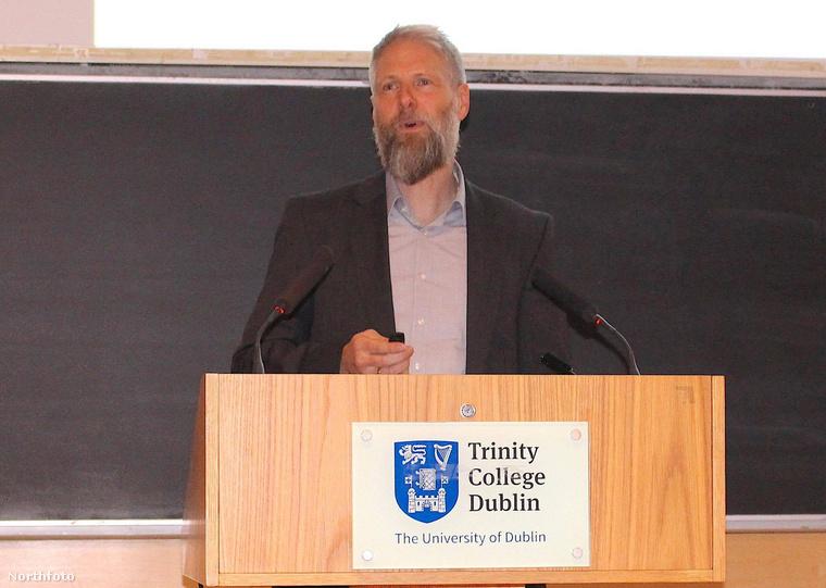 Peter Heinrich itt pedig éppen előadást tart a dublini Trinity College-ben
