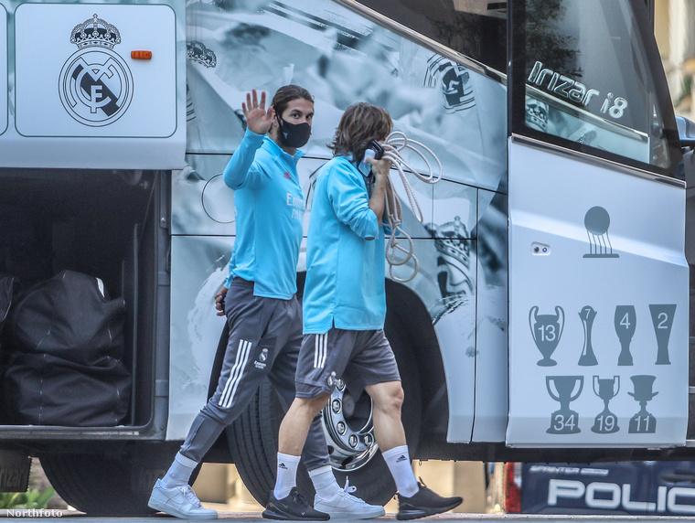 A játékosok szépen sorban le is szállnak a buszról, itt éppen Sergio Ramost és Lucas Modricot láthatja