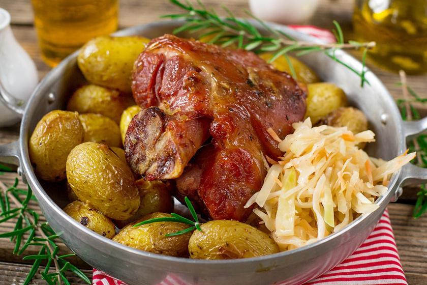 Ropogós csülök velesült krumplival: omlósan, ropogósan, szaftosan