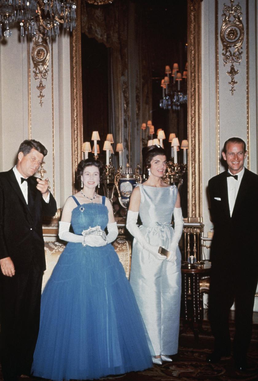 Lássuk be, II. Erzsébet királynőt nagyon ritkán lehetett igazi, habos-babos báli ruhában látni, főként az utóbbi pár évben, amikor a stílusa inkább a letisztult eleganciát követte. 1961-ben viszont nagyon kitett magáért ebben a gyönyörű, kék estélyiben, amikor az akkori amerikai elnök, John F. Kennedy és felesége, Jackie meglátogatták a Buckingham-palotában.