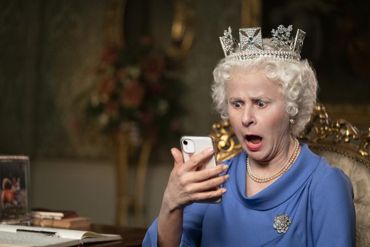 Tracey Ullman II. Erzsébet angol királynő szerepében a 2020: Legyen már vége! című filmben.