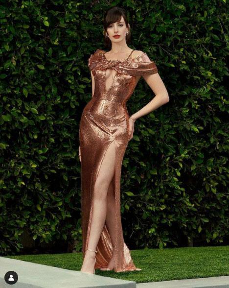 Ez a Versace estélyi gyönyörűen kiemelte a színésznő alakját.