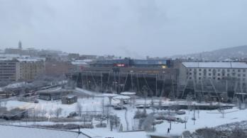 Több vonat nem jár, a fővárosban késnek a buszok a hó miatt
