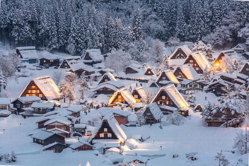Több száz éves parasztházakban élnek a legszebb japán falucskában: hótakaró alatt különösen hangulatos a helyszín