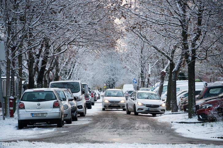 Autók a behavazott Budapesten 2021. január 14-én