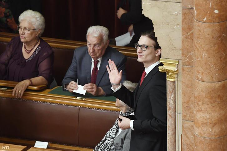 Orbán Viktor édesanyja, Orbán Győzőné, édesapja, Orbán Győző és fia, Orbán Gáspár (b-j) 2018. május 10-én az Országgyűlés plenáris ülésén, ahol újra miniszterelnökké választották Orbán Viktort