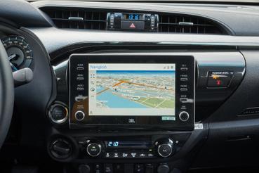 Mai Toyotákban ez a navigációs fejegység dívik - könnyen tanulható, de a képe nem szép