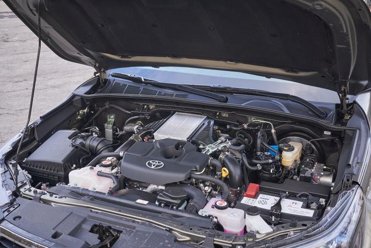 A motor tetején csücsül a köztes hűtő, amiben víz dolgozik - bizonyára azért, mert a levegős hűtőt esetleg eltömíthetné valami
