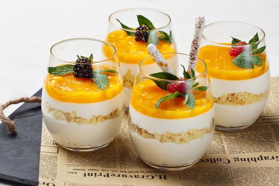 Ha nem félsz a kalóriáktól, egy kis adag házi tejszínhabbal a tetején tálald és kekszmorzsákat is szórj a rétegek közé.