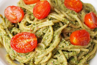 20 perces, spenótos-avokádós spagetti pirult, édes koktélparadicsommal