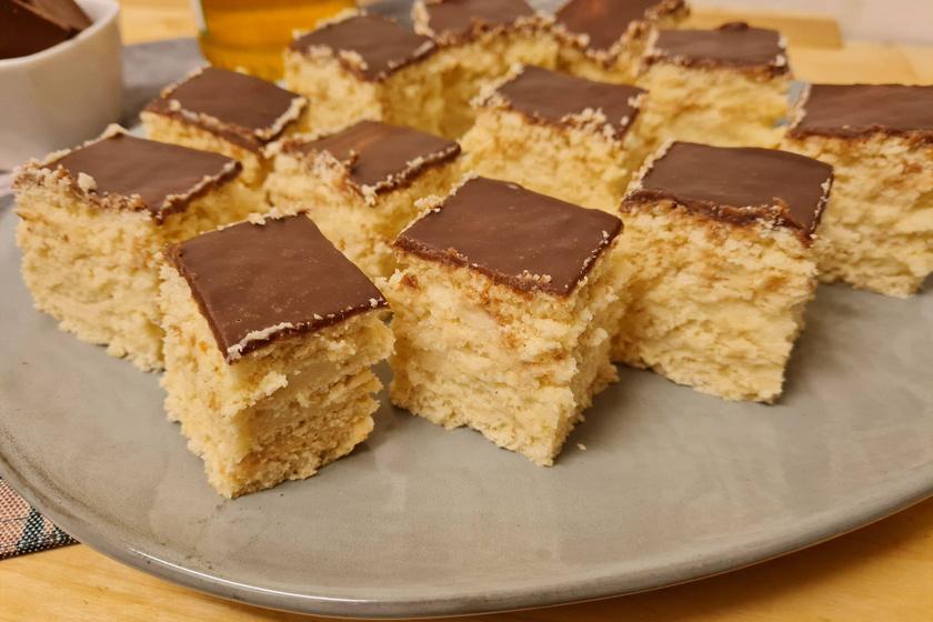 Mézes krémes roppanós csokitetővel – Az ellenállhatatlan finomság tésztája napokig puha marad