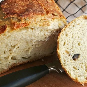 Ropogós héjú kenyér dagasztás nélkül – Olívabogyó és rozmaring van a tésztájában