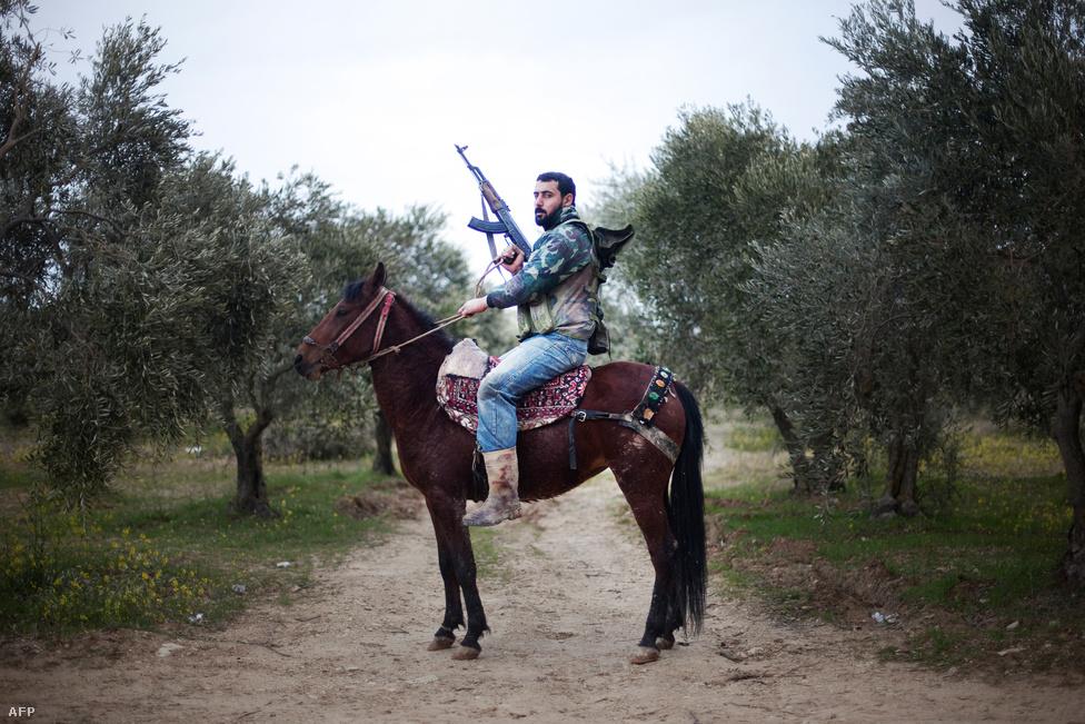 Szíriai felkelő ül lován a török határhoz közeli Al-Shatouriában. Márciusban volt egy éve, hogy Szíriában elkezdődött a forradalom Bassár El-Aszad elnök uralma ellen, és idén is egész évben folytatódtak az összecsapások kormányerőkkel. A felkelők  véres harcok árán szerezték meg Aleppót, az év végére pedig egészen a főváros külső kerületeiig jutottak. (Március 16.)